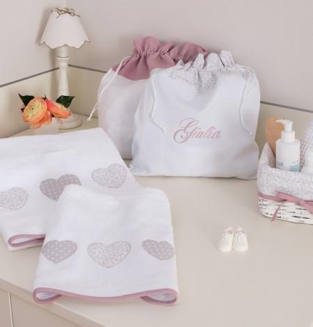 cestino e asciugamani rosa